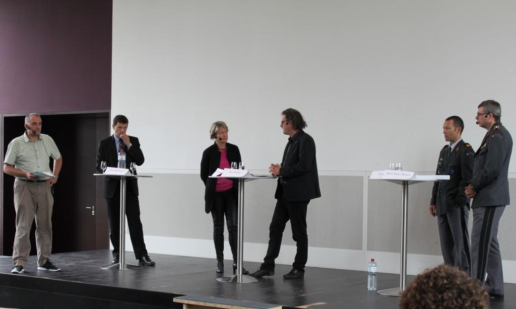 von links nach rechts: Stefan Ulrich (Moderator, Radio SRF, Regi AG/SO), Fritz Messerli, Corina Eichenberger, Geri Müller, Oberst i Gst Peter Bruns, Div Hans-Peter Walser